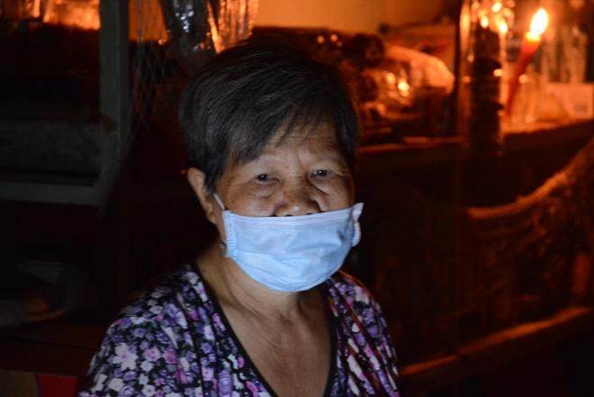 Nha cua tan hoang trong vu no lon o Sai Gon hinh anh 10 Người dân phải bịt khẩu trang do mùi hóa chất từ vụ nổ bốc lên nồng nặc.