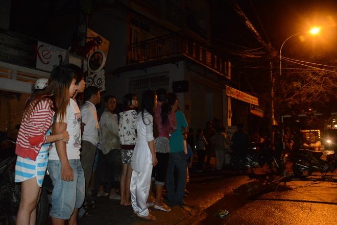 Nha cua tan hoang trong vu no lon o Sai Gon hinh anh 11 Người dân hiếu kì tập trung rất đông tại hiện trường.