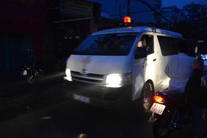 Nha cua tan hoang trong vu no lon o Sai Gon hinh anh 2 Xe cứu thương đưa các nạn nhân đi cấp cứu.