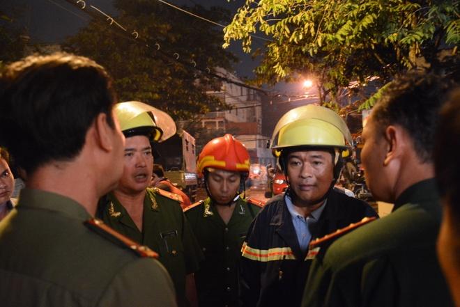 Nha cua tan hoang trong vu no lon o Sai Gon hinh anh 6 Lực lượng công an và PCCC bàn bạc triển khai phương án giải quyết hiện trường vụ nổ.