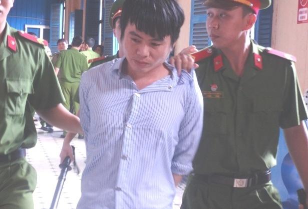 Me doi chet khi con bi tang an len tu chung than hinh anh 1 Hung thủ bị dẫn giải sau phiên tòa.