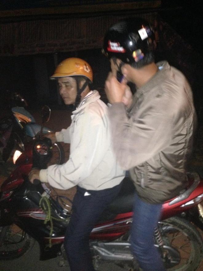 De nghi lam ro vu cong an chan xe nham do... tinh co hinh anh 1 Thanh niên mặc thường phục bỏ xe tuần tra, được người khác chở đi bằng xe máy lúc gần 3g sáng 17/11.