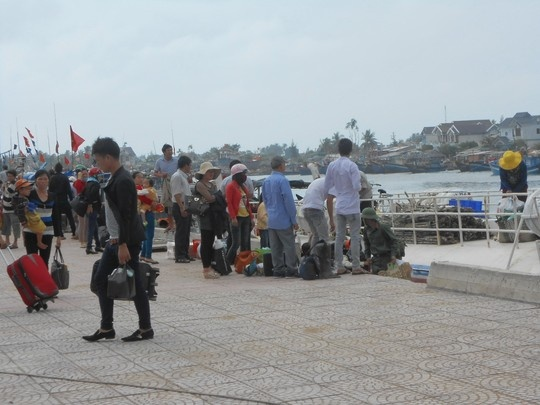 Bien dong, hang tram khach ket tren dao Ly Son hinh anh 1 Hàng trăm hành khách mắc kẹt tại đầu bến Sa kỳ.
