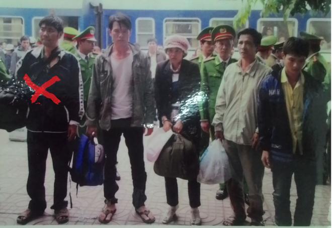 Tướng cướp Nguyễn Văn Ngọc (dấu X) được di lý về Công an Thanh Hóa.