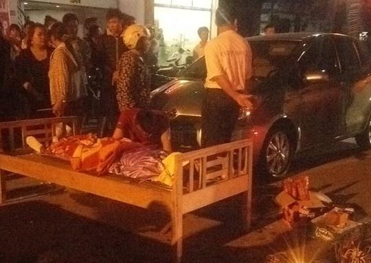 Thi thể nạn nhân được đưa lên giường tại hiện trường.