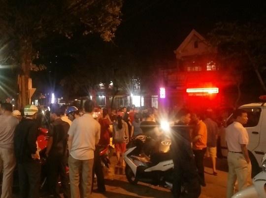 Hàng trăm người dân kéo tới khiến giao thông bị ùn tắc.