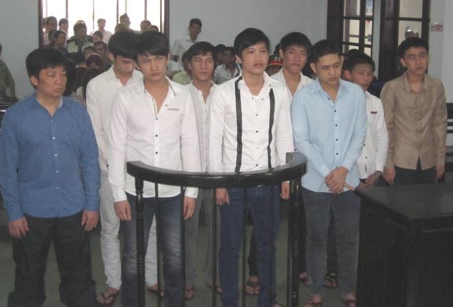 10 nguoi keo den nha rieng hanh hung Pho giam doc so hinh anh 1 Các bị cáo trước vành móng ngựa.