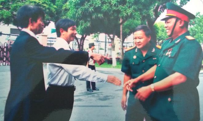 Nguoi cam co giai phong sang 30/4 tai Sai Gon hinh anh 4 Ông Lãi (áo đen) cùng ông Cẩn (ngoài cùng bên phải) gặp lại nhau sau gần 40 năm. Ảnh: NVCC.