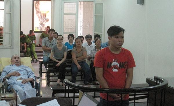 Nan nhan vu TNGT nam cang den phien xu hinh anh 1 Bị cáo Hải và ông Thu tại phiên xử.