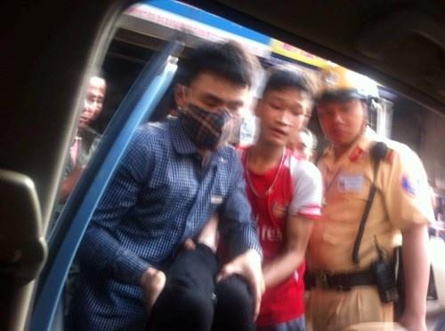 Thuc hu tin don phi tang xac nan nhan sau tai nan hinh anh 1 Đưa nạn nhân vụ tai nạn đi cấp cứu.