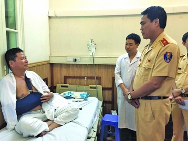 Trung ta CSGT bi nem da gay tay ke phut doi mat ma men hinh anh 1 Thiếu tướng Nguyễn Hữu Dánh, Phó cục trưởng Cục CSGT thăm hỏi, động viên Trung tá Tuyến tại bệnh viện.