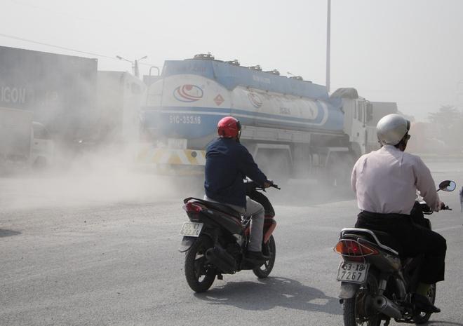 Deo nhieu lop khau trang vi bui mu mit tren xa lo Ha Noi hinh anh 3 Nguyên nhân dẫn đến hiện trạng này do đường song hành xa lộ Hà Nội ở đây rất lầy lội.