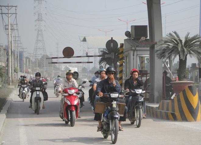 Deo nhieu lop khau trang vi bui mu mit tren xa lo Ha Noi hinh anh 2 Hiện trạng này xảy ra ở ngã tư Bình Thái đến cầu Rạch Chiếc (nối quận 9 và quận 2).