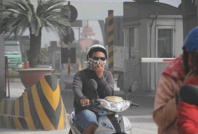 Deo nhieu lop khau trang vi bui mu mit tren xa lo Ha Noi hinh anh 5 Khổ nhất là những người đi xe máy, họ phải tìm mọi cách chống bụi.