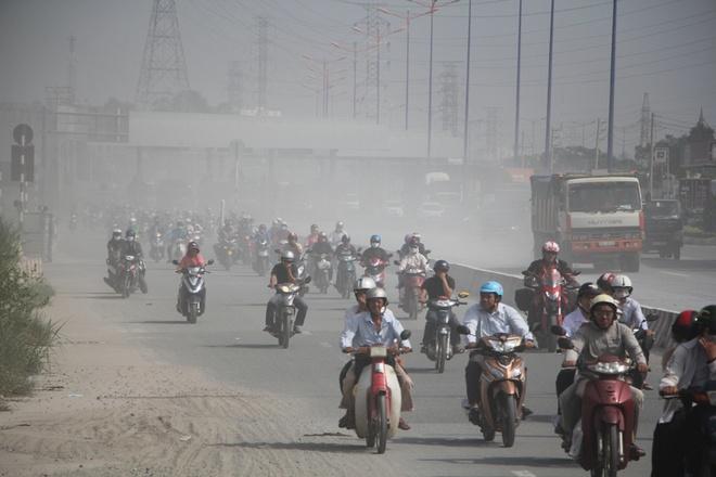 Deo nhieu lop khau trang vi bui mu mit tren xa lo Ha Noi hinh anh 1 Sáng 26/10, hàng nghìn phương tiện, đặc biệt là xe máy lưu thông trên xa lộ Hà Nội phải hứng chịu lớp bụi mù mịt.