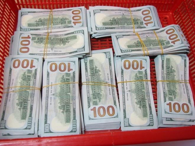 Nguoi mang 90.000 USD khong khai bao hai quan co the o tu hinh anh 1 Số ngoại tệ thu giữ. Ảnh: Hải quan cung cấp.