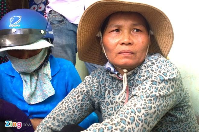 Lan tim dau vet kha nghi vu 3 me con chet tham hinh anh 14 Bà Võ Thị Thúy Phượng (53 tuổi, mẹ chị Nguyên) bàng hoàng khi nghe tin con gái và 2 cháu bị sát hại.