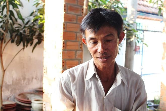 Chu choi vit doi dat truoc tru so Cong an Binh Chanh hinh anh