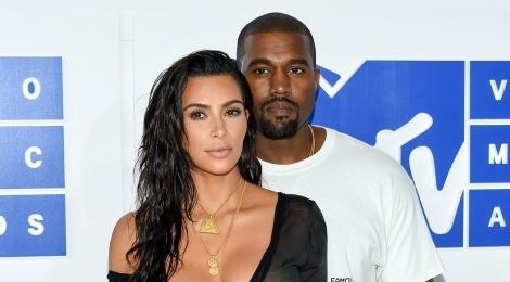 Kanye West luon 'nup vay' vo Kim Kardashian moi khi dinh thi phi? hinh anh