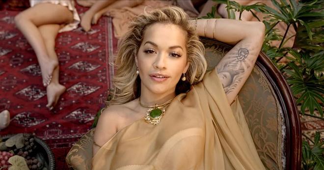 Rita Ora hon moi nu rapper Cardi B trong MV 'Girls' gay tranh cai hinh anh 1
