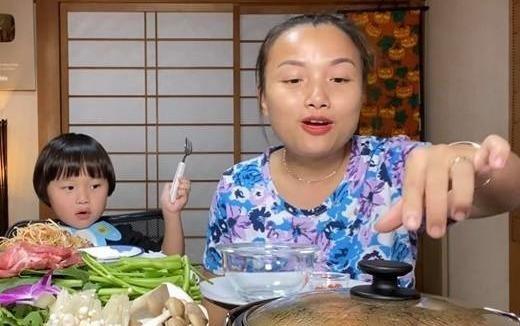 Quynh Tran JP va con trai noi tieng nho nhung video thuong thuc do an hinh anh