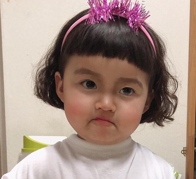 Hot kid Han Quoc duoc goi la thanh meme vi guong mat bieu cam hinh anh 1