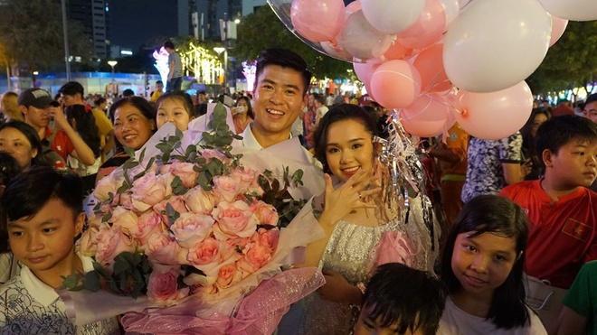 Màn cầu hôn bất ngờ của Duy Mạnh ngày 1/1. Ảnh: Instagram NV.