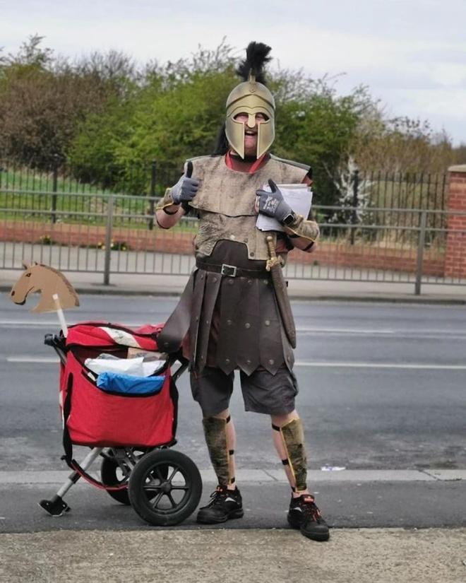 Nhan vien giao thu mac do chien binh Hy Lap di lam mua dich hinh anh 2 q6.jpg