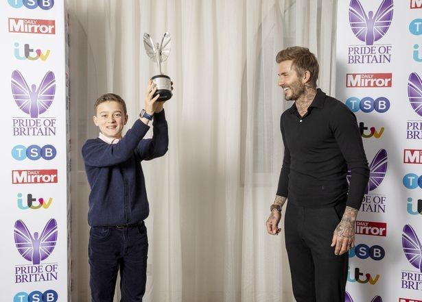 Cau be 11 tuoi duoc David Beckham trao thuong vi cuu me nga xuong nui anh 3
