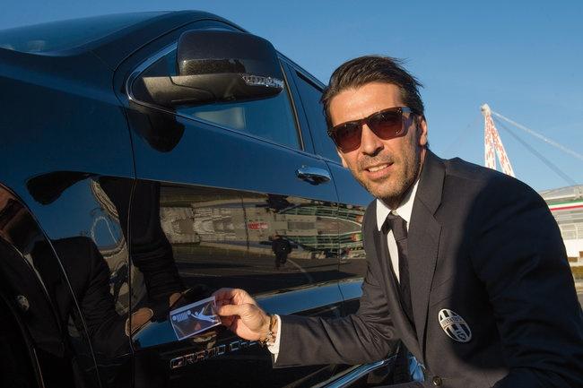 Sao Juventus rinh ve 27 xe Jeep dap hop hinh anh 4