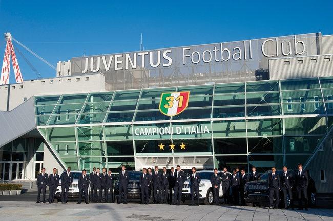 Sao Juventus rinh ve 27 xe Jeep dap hop hinh anh 2