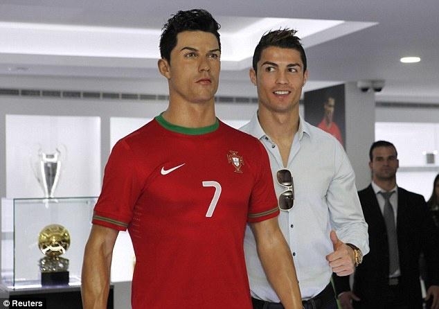 Ronaldo banh bao trong le khanh thanh bao tang CR7 hinh anh