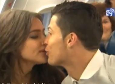 Irina chuc mung Ronaldo bang nu hon chop nhoang hinh anh