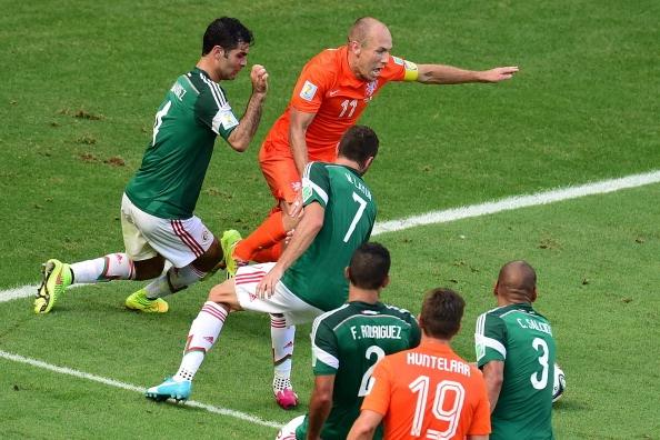 Robben xin loi vi hanh vi an va kiem penalty hinh anh