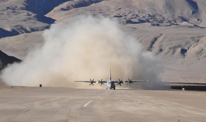Lan dau tien may bay C-130J dap xuong 'noc nha the gioi' hinh anh