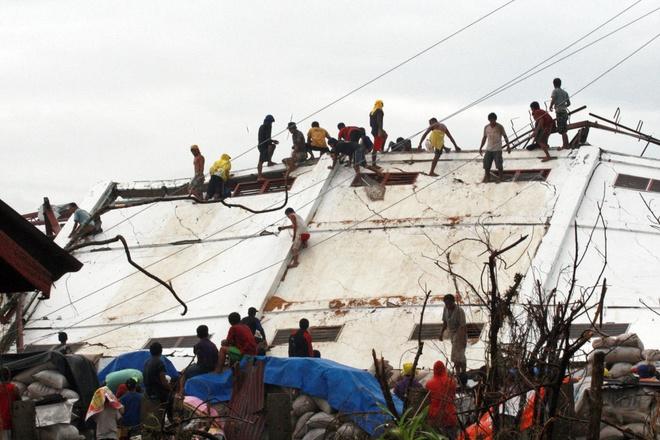 8 nan nhan bao Haiyan mat mang vi cuop gao hinh anh