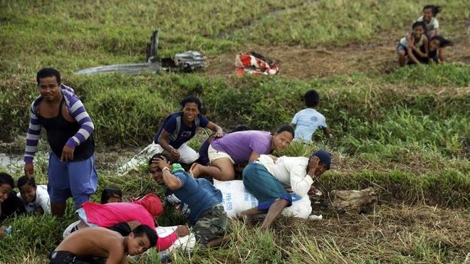Truc thang cuu tro 'so' nan nhan sieu bao Haiyan hinh anh 8