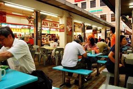 Nhom phu nu Viet moi chai dan ong de ban ve so tai Singapore hinh anh