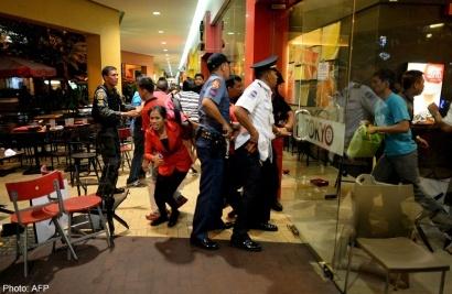 Nhom cuop nao loan trung tam mua sam tai Philippines hinh anh 1 Cảnh sát Philippine sơ tán người dân trong SM Mall of Asia, Philippine. Nguồn: AFP