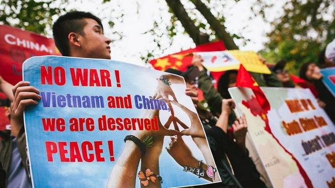 Nguoi Viet o Australia tuan hanh phan doi Trung Quoc hinh anh 3 Hội sinh viên Việt Nam ở Melbourne đã chuẩn bị 200 tờ rơi cùng nhiều biểu ngữ phản đối Trung Quốc xâm phạm chủ quyền biển của Việt Nam. Hai đài truyền hình lớn nhất của Úc là ABC và SBS đã thu hình và đưa tin về buổi tuần hành.