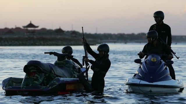 Hanh dong cua Trung Quoc buoc Indonesia tang cuong hai quan hinh anh 1 Lính hải quân Indonesia canh gác tại một bờ biển ở Nusa Dua, Bali. Ảnh: Bloomberg.