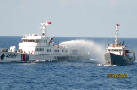 Am ke cua Trung Quoc va doi sach cua Viet Nam hinh anh 1 Tàu Trung Quốc tấn công tàu chấp pháp của Việt Nam khi ngăn cản giàn khoan Hải Dương 981 xâm phạm vùng biển chủ quyền của Việt Nam.