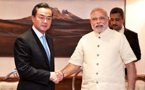 Am ke cua Trung Quoc va doi sach cua Viet Nam hinh anh 3 Ngoại trưởng Vương Nghị thăm Tân Thủ tướng Narendra Modi.