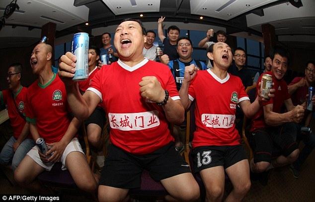 3 nguoi Trung Quoc dot tu vi thuc dem xem World Cup hinh anh 1