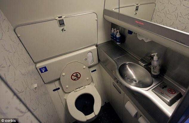 Mac ket trong toilet may bay vi tay mac vao thung rac hinh anh
