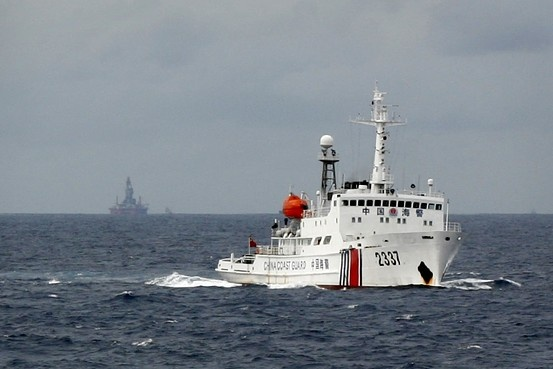 Philippines keu goi 4 nuoc ASEAN thong nhat cach doi pho TQ hinh anh 1 Tàu tuần duyên Trung Quốc bảo vệ giàn khoan Hải Dương 981. Ảnh: Reuters