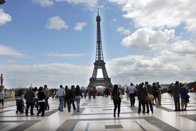 10. Tháp Eiffel thu hút khoảng 7 triệu lượt khách du lịch mỗi năm và giữ vị trí công trình thu phí thu hút nhất trên thế giới. Trong số các du khách, người Pháp chỉ chiếm 13%. Số còn lại là người nước ngoài mà tỷ lệ cao nhất là người Mỹ, Anh và Italy.