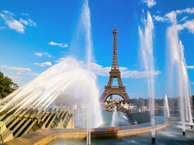 12. Tháp Eiffel vẫn giữ nguyên các thang máy của thời kỳ 1889. Từ tháng 11/2011, chỉ có hai trong số 3 thang máy dành cho du khách còn hoạt động. Việc này làm giảm số lượng du khách đến tháp. Công tác hiện đại hóa các thang máy của tháp Eiffel được dự kiến 2 năm nhưng lại kéo dài đến 6 năm. Riêng hệ thống thủy lực đã ngốn hết 36 triệu euro kinh phí.