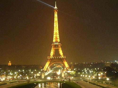 8. Năm 1889, tờ báo Pháp Le Figaro đã trưng bày một máy in trên tầng hai của tháp Eiffel.