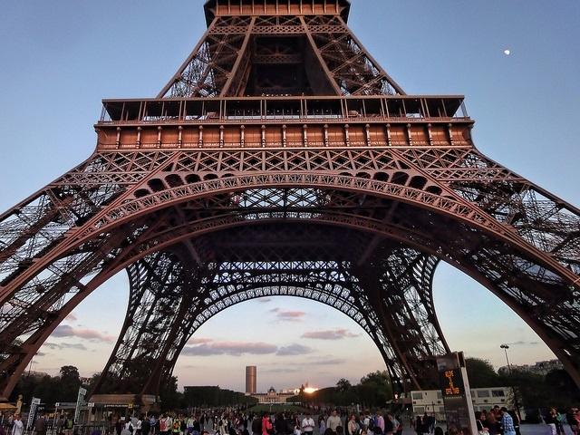"""4. Ban đầu, biểu tượng Paris được sơn màu vàng. Từ năm 1953 đến 1961, người ta sử dụng màu nâu đỏ cho công trình kiến trúc này. Cứ 7 năm một lần, toàn bộ tháp sẽ """"khoác"""" lớp sơn mới để tránh gỉ và tiêu thụ 60 tấn sơn mỗi lần."""